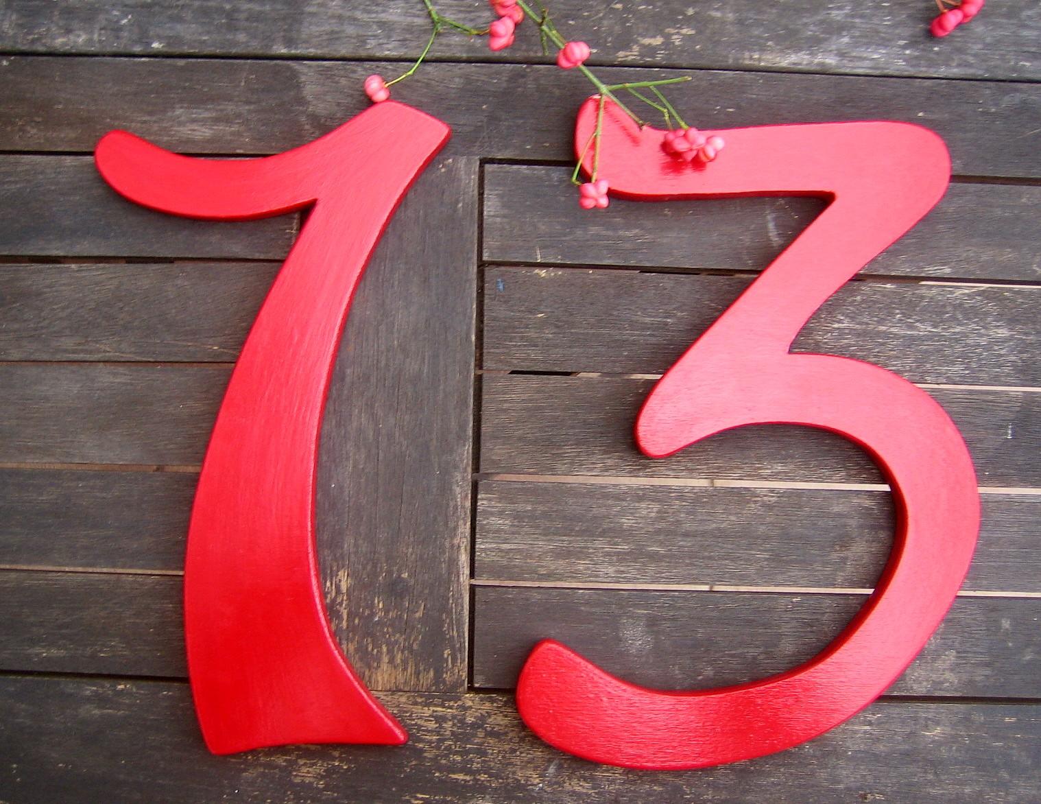 Zu ihrem haus farblich passende hausnummern aus holz for Passende farbe zu rot